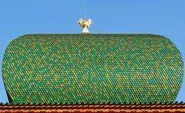 Крыша деревянных плиток с атрибутом власти стоковое изображение
