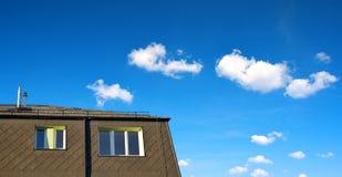 Крыша жилого дома с окнами Стоковые Изображения RF