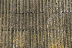 Крыша загородного дома, покрытая с серым шифером, конец-вверх Старая крыша покрытая с шифером Зеленый мох растет между шифером стоковое изображение rf