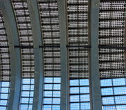 Крыша здания сделанная панелей солнечных батарей Стоковые Изображения