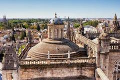 Крыша и городской пейзаж собора в Севилье Стоковые Фото