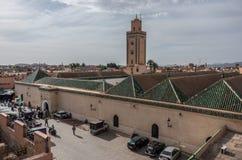 Крыша и минарет мечети Бен Youssef, взгляда от соседей r стоковое фото rf
