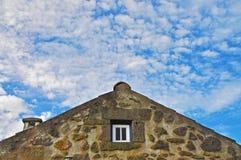 Крыша каменного здания на предпосылке голубого неба Стоковое Изображение