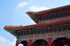 Крыша китайского виска на голубом небе и облаке как предпосылка стоковые изображения rf