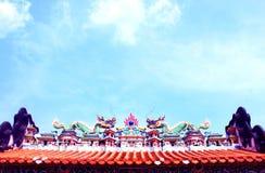 крыша Китайск-стиля под голубым небом Стоковое фото RF
