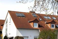 Крыша классических жилых домов с оранжевыми плитками толя и Стоковое Фото