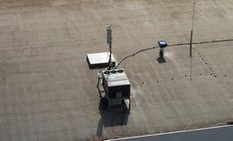 Крыша коммерчески здания с внешние блоки коммерчески кондиционера и систем вентиляции, клетчатой антенны a стоковые изображения rf
