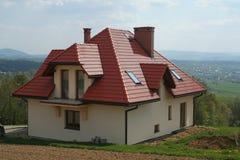крыша красного цвета дома стоковое фото