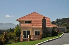 крыша красного цвета лужайки зеленой дома Стоковые Изображения