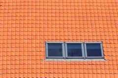 Крыша красных керамических плиток и 3 окон окон в крыше Стоковое фото RF