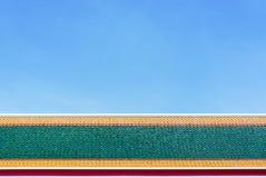 Крыша красных плиток с голубым небом Стоковые Изображения