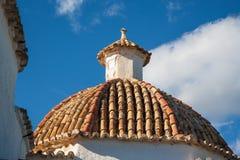 Крыша крыть черепицей черепицей терракотой приданная куполообразную форму Стоковое фото RF