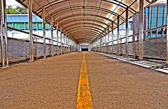 Крыша нержавеющей стали эстакады или моста для прогулки людей стоковое фото