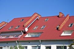Крыша нового дома с окнами стоковое фото