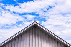Крыша дома против голубого неба Стоковые Фото
