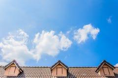 Крыша дома против голубого неба стоковая фотография rf