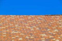 Крыша от пестротканых битумных гонт Сделанные по образцу гонт битума стоковое фото