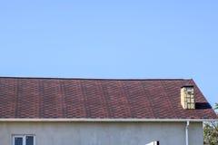 Крыша от пестротканых битумных гонт Сделанные по образцу гонт битума Битумная бургундская крыша стоковая фотография rf