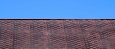 Крыша от пестротканых битумных гонт Сделанные по образцу гонт битума Битумная бургундская крыша стоковые изображения