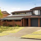 Крыша панелей солнечных батарей стоковое фото