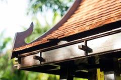 Крыша плитки азиатской беседки в буддизме сада Стоковые Фотографии RF