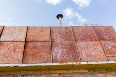 Крыша сделанная из старого ржавого утюга Стоковые Фотографии RF