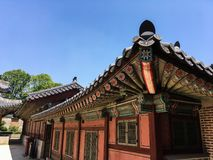 Крыша старой пагоды во дворце gyeongbokgung снизу стоковая фотография rf
