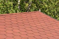 Крыша с красными гонт битума стоковое изображение rf