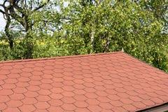Крыша с красными гонт битума стоковые фотографии rf