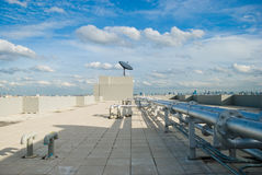 Крыша с линиями спутниковой антенна-тарелки и трубы Стоковое фото RF