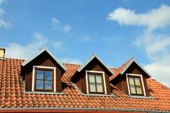 Крыша с окнами против голубого неба Стоковое Изображение