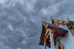 Крыша тайского виска, вместе с щипцом вверху церковь с фоном неба стоковая фотография