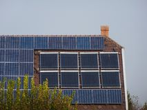 крыша установила панели солнечных батарей PV и систему трубы нагревателя воды сборника солнца стоковое изображение rf