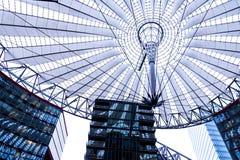 Крыша центра Сони расположена около железнодорожного вокзала Берлина Potsdamer Platz Стоковые Фотографии RF