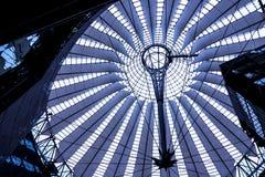 Крыша центра Сони расположена около железнодорожного вокзала Берлина Potsdamer Platz Стоковая Фотография
