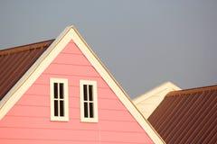 Крыша щипца с белыми окнами на деревянном доме Стоковая Фотография RF