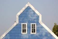 Крыша щипца с белыми окнами на деревянном доме Стоковые Фото