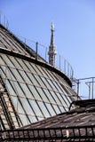 Крыши галереи Vittorio Emanuele II Галерея Highline и на заднем плане шпиль Madonnina собора Duomo в милане стоковое изображение rf
