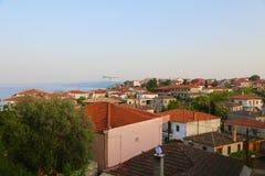 Крыши греческой деревни на взморье стоковое изображение