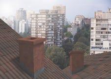 Крыши дома при печная труба сравнивая с жилыми кварталами Стоковые Изображения RF