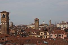 Крыши красного кирпича домов, и башни церковного колокола итальянки Стоковое Изображение