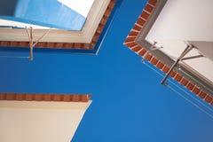 Крыши на небе предпосылки голубом Стоковое Изображение RF