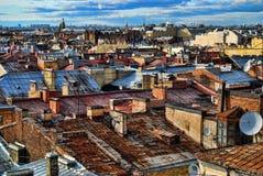 Крыши Санкт-Петербурга Город настилает крышу предпосылка на солнечном дне Стоковые Изображения