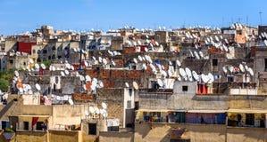 Крыши Fez с блюдами спутникового телевидения стоковое фото rf