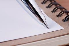Крышка блокнота с рециркулирует бумагу на деревянном столе, копирует космос f стоковое изображение