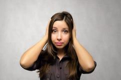 Крышка девушки ее уши ее руками стоковые изображения rf