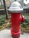 Крышка жизнерадостного основания пожарного гидранта красного серебряная стоковые изображения