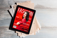 Крышка журнала о моде на таблетке стоковое изображение rf