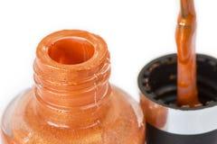 Крышка и щетка бутылки маникюра открытая изолированные на белом backgrou Стоковая Фотография