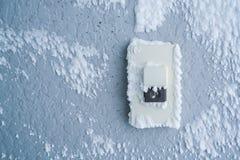Крышка кнопки дверного звонока конца-вверх с белым снегом Стоковое Изображение